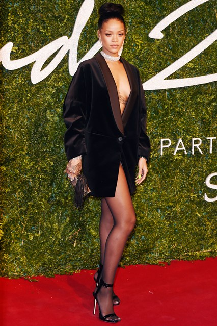 54-rihanna-british-fashion-awards-vogue-1dec14-rex_b_426x639