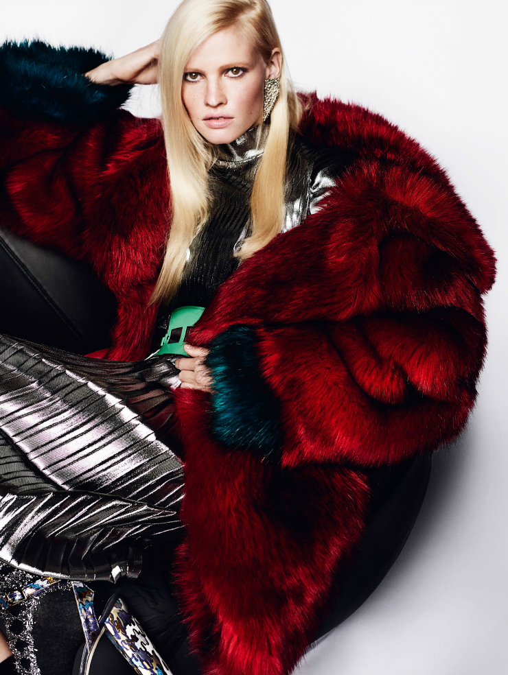 lara-stone-by-mario-testino-for-vogue-uk-august-2015-4